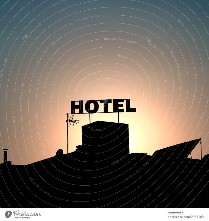 Wenn die Sonne ausgeht Kleinstadt Gebäude Dach Antenne heiß Wärme Farbfoto Außenaufnahme Menschenleer Textfreiraum oben Textfreiraum unten Froschperspektive