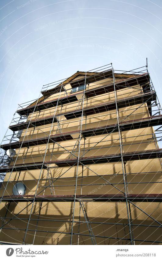 Bauhaus Haus Hausbau Renovieren Baustelle Fassade Baugerüst groß hoch Perspektive Himmel Mehrfamilienhaus Blauer Himmel Farbfoto Außenaufnahme Menschenleer