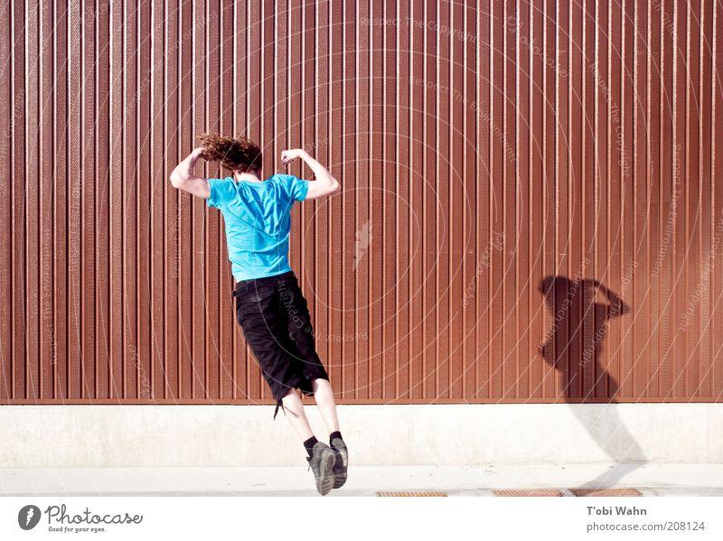 Standing Jump Mensch Jugendliche blau Freude Sport Wand springen braun Arme maskulin fliegen Fassade T-Shirt Körperhaltung Freizeit & Hobby