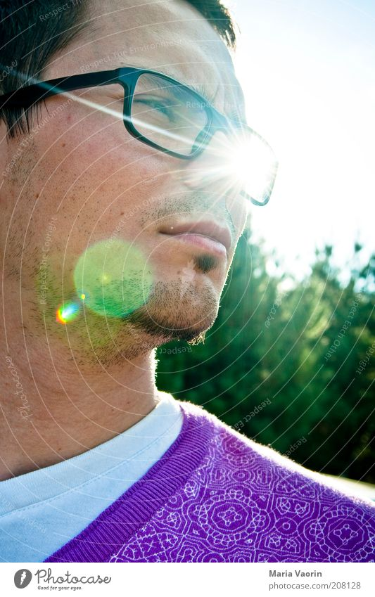 Durchblick Mensch Jugendliche Sonne Sommer Einsamkeit Denken Beleuchtung warten Erwachsene maskulin Mann Brille violett beobachten Lebensfreude Neugier