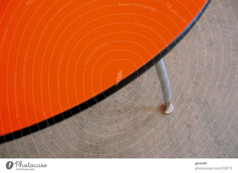 Oranger Tisch Oval Tischplatte orange Bodenbelag Tischbein Kreis Linolboden