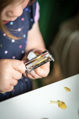 Kochen l Kind Mädchen Leben Essen feminin Familie & Verwandtschaft Spielen Ernährung Kindheit lernen kochen & garen Küche Gemüse Kleinkind Kindergarten