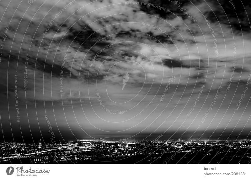nAchtpanorama Himmel Stadt schwarz Wolken Leben dunkel Stimmung Europa bedrohlich Nachthimmel Skyline Österreich Wien Hauptstadt Schwarzweißfoto