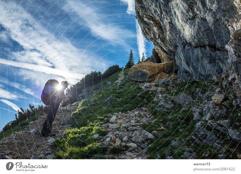 Wandern im Gegenlicht Mensch Natur Jugendliche blau Landschaft 18-30 Jahre Berge u. Gebirge Erwachsene Wege & Pfade Glück Stimmung gehen Freizeit & Hobby