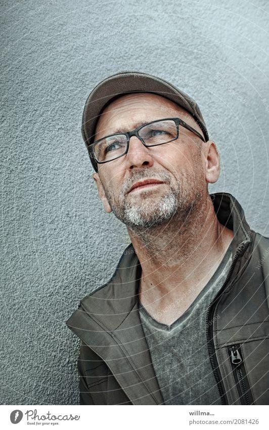 Mann mit Brille schaut skeptisch nach oben Mensch maskulin Erwachsene Leben 1 45-60 Jahre Jacke Hut Schirmmütze Flatcap grauhaarig Bart beobachten Hoffnung