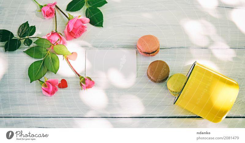 Makronen und eine gelbe Tasse Farbe grün weiß Blume Holz rosa hell Tisch Fotografie Ostern Frankreich Blumenstrauß Süßwaren Tradition Dessert