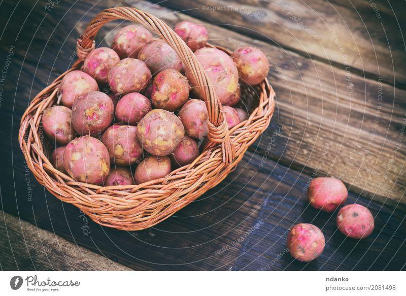 Rohe Kartoffeln Gemüse Ernährung Vegetarische Ernährung Tisch Holz frisch natürlich braun rot Ackerbau Hintergrund Korb Essen zubereiten Feldfrüchte essbar