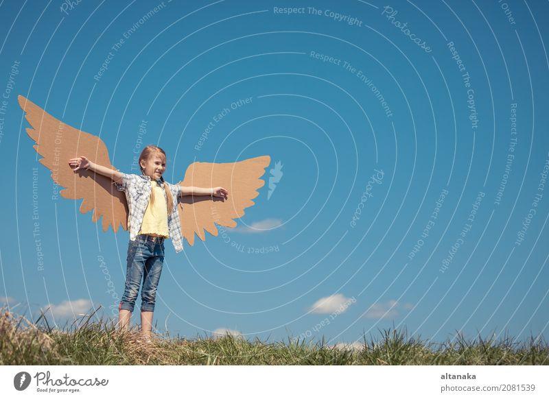 Kleines Mädchen, das mit Pappspielzeugflügeln im Park spielt Lifestyle Freude Glück Spielen Ferien & Urlaub & Reisen Abenteuer Freiheit Sommer Sonne Sport