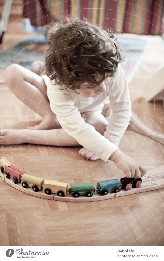 tuut tuut... Spielen Modelleisenbahn Kinderspiel Junge Kindheit 1 Mensch 3-8 Jahre holzeisenbahn Holzspielzeug Locken weiß Parkett Farbfoto Gedeckte Farben