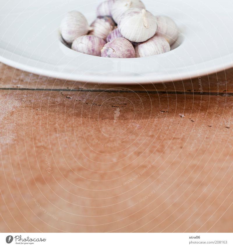 ein wenig knoblauch zu mittag? Lebensmittel Gemüse Kräuter & Gewürze Ernährung Teller lecker Fliesen u. Kacheln mediterran Knoblauch Farbfoto Innenaufnahme
