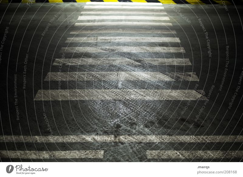 Crossover dunkel Wege & Pfade dreckig Straßenverkehr Verkehr Sicherheit bedrohlich Streifen Verkehrswege gestreift Übergang Spuren Zebrastreifen Reifenspuren Fußgängerübergang Markierungslinie