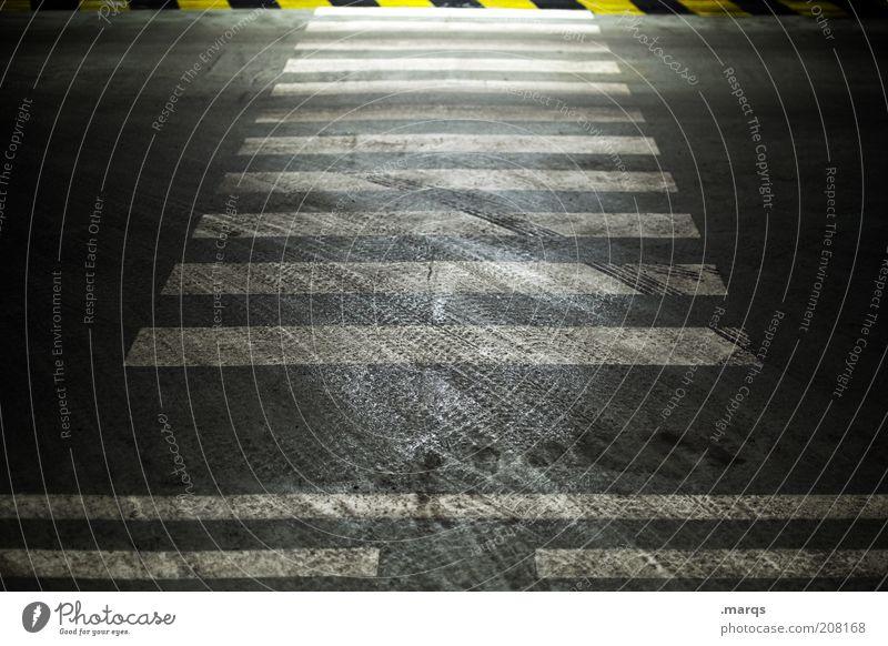 Crossover Verkehr Verkehrswege Straßenverkehr Wege & Pfade Zebrastreifen dreckig dunkel Sicherheit Reifenspuren Markierungslinie Farbfoto Nahaufnahme