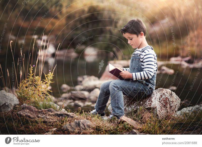 Kindersitzen, ein Buch auf dem Gebiet lesend Mensch Natur Ferien & Urlaub & Reisen Sommer ruhig Lifestyle Frühling Herbst Junge Garten Freizeit & Hobby maskulin