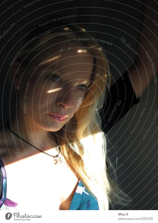 Ausblick Mensch Jugendliche schön Einsamkeit dunkel Gefühle Traurigkeit Stimmung blond Erwachsene Sehnsucht Schmerz Sorge langhaarig Halskette Enttäuschung