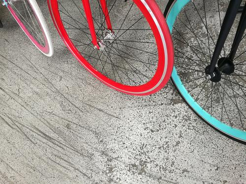 Modene Citybikes mit knallbunten Felgen und Reifen Lifestyle kaufen Stil Design Freude Fitness Fahrradtour Fahrradfahren Handel Jugendkultur Subkultur Party