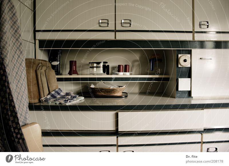 Hunger ist der beste Koch alt weiß schwarz Wohnung retro trist Küche authentisch Innenarchitektur Nostalgie Schneidebrett hässlich Schrank Regal Ablage Möbel
