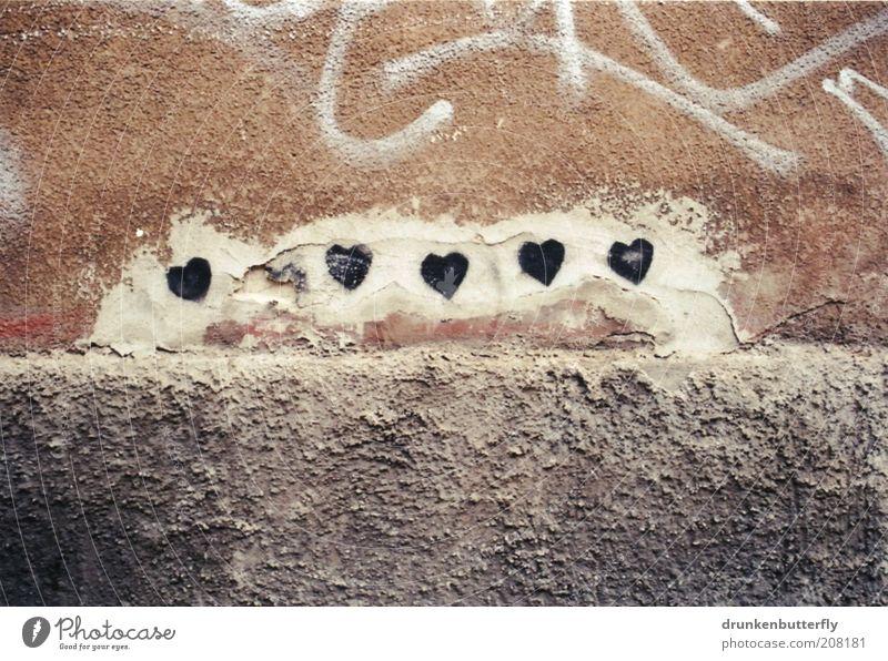 Herzchen Mauer Wand Stein Beton Zeichen Liebe grau schwarz weiß Gefühle Farbfoto Gedeckte Farben Außenaufnahme Menschenleer Textfreiraum oben Textfreiraum unten