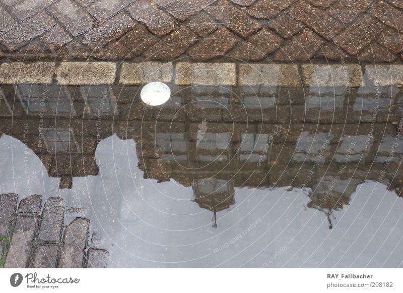 Amsterdam Pfütze als Spiegel Ferien & Urlaub & Reisen Sightseeing Städtereise Haus schlechtes Wetter Stadt Hafenstadt Menschenleer Bauwerk Gebäude Architektur