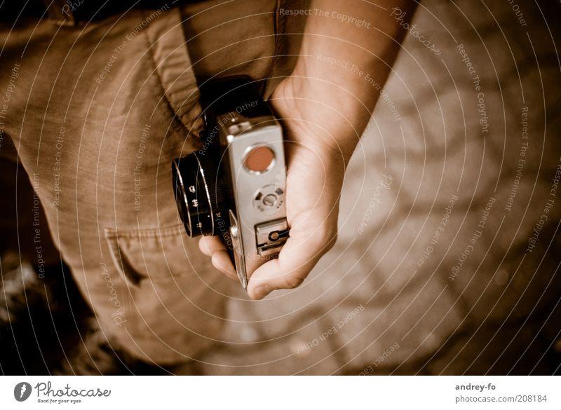 Fotokamera Hand alt Stein braun Metall Arme klein retro stehen authentisch Fotokamera stoppen Hose festhalten historisch Nostalgie