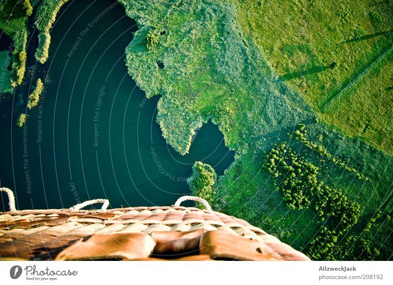 300 Meter über dem Meeresspiegel Ferne Wiese Landschaft oben Gras klein See fliegen Abenteuer fahren Luftaufnahme Schönes Wetter unten Seeufer Ballone