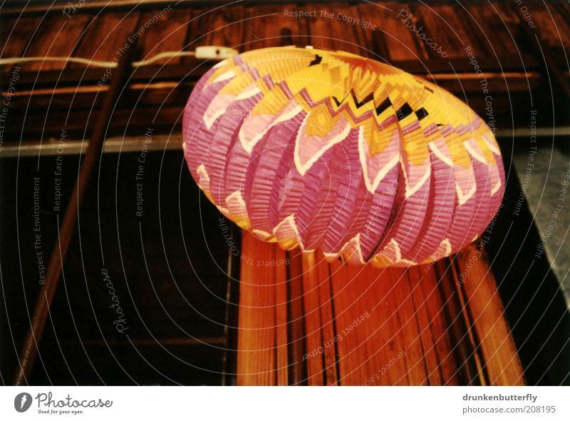 Lampion Sommer Ferien & Urlaub & Reisen gelb dunkel Fenster Holz Lampe hell braun Feste & Feiern rosa Fassade Papier leuchten Kunststoff Hütte