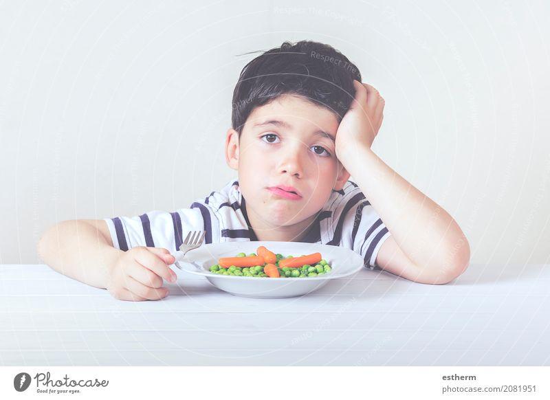 Trauriges Kind mit einer Mahlzeit Lebensmittel Gemüse Ernährung Essen Teller Gabel Lifestyle Gesunde Ernährung Haus Mensch maskulin Kleinkind Junge Kindheit 1