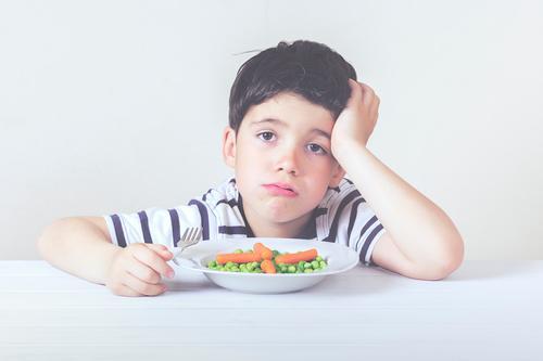 Trauriges Kind mit einer Mahlzeit Mensch Gesunde Ernährung Haus Essen Lifestyle Junge Lebensmittel Stimmung maskulin Wachstum Kindheit Gemüse Wut Kleinkind