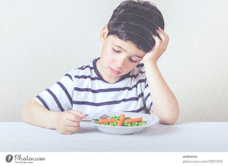 Trauriges Kind mit einer Mahlzeit Lebensmittel Gemüse Ernährung Essen Teller Gabel Lifestyle Haus Mensch maskulin Kleinkind Junge Kindheit 1 3-8 Jahre Diät