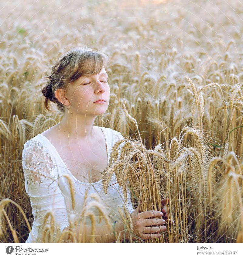 Spüren Getreide Bioprodukte Glück harmonisch Wohlgefühl Zufriedenheit Erholung ruhig Duft Freiheit Sommer Mensch feminin Junge Frau Jugendliche Erwachsene