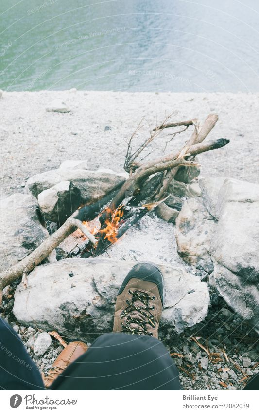 Wandern und grillen Mensch Natur Ferien & Urlaub & Reisen Jugendliche Mann Sommer Erholung Freude 18-30 Jahre Erwachsene Wärme Lifestyle Beine Fuß See