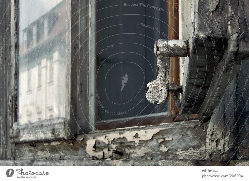 spachtelparadies Wohnung Fenster alt Verfall Fensterscheibe Fensterrahmen kaputt abblättern morbid Altbau Altbauwohnung offen Glasscheibe Reflexion & Spiegelung