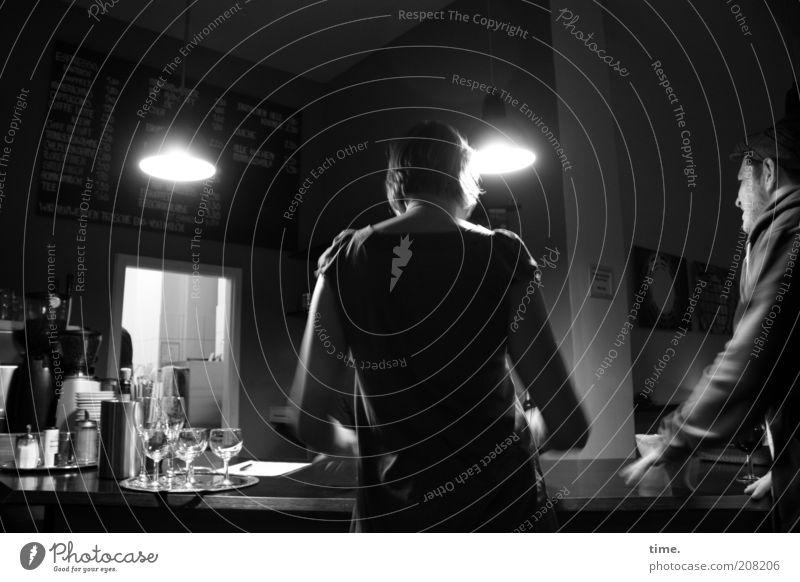 Gute Nacht, Freunde Mensch dunkel Arbeit & Erwerbstätigkeit Wand Lampe Stimmung Raum Zusammensein Bar Gastronomie Restaurant Theke Durchgang Schwarzweißfoto