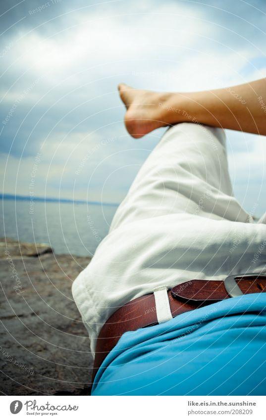 Chillen deluxe (I) harmonisch Wohlgefühl Zufriedenheit Erholung ruhig Ferne Freiheit Sommerurlaub Frau Erwachsene Fuß Wade Küste Hose Jeanshose Gürtel Barfuß