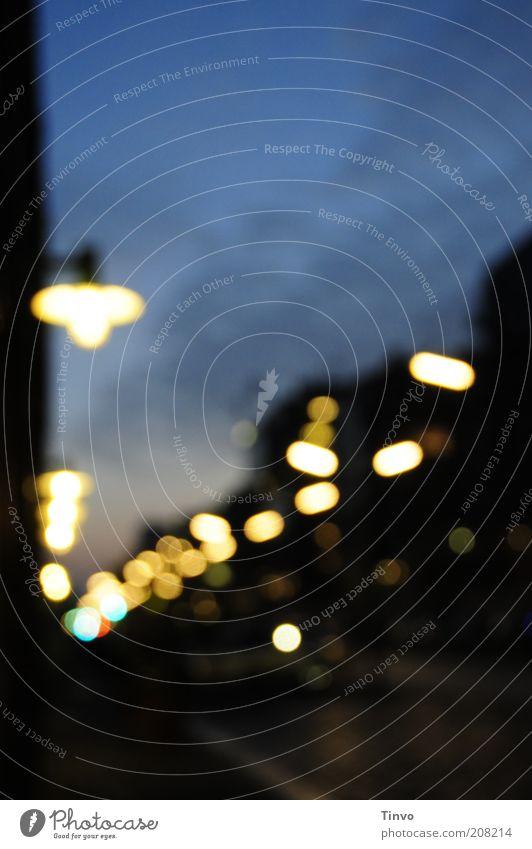 schwarz zu blau Energiewirtschaft Stadt dunkel Beleuchtung Lampe Straße Nachtleben Stimmung Abenddämmerung Morgendämmerung Lichtpunkt Straßenbeleuchtung