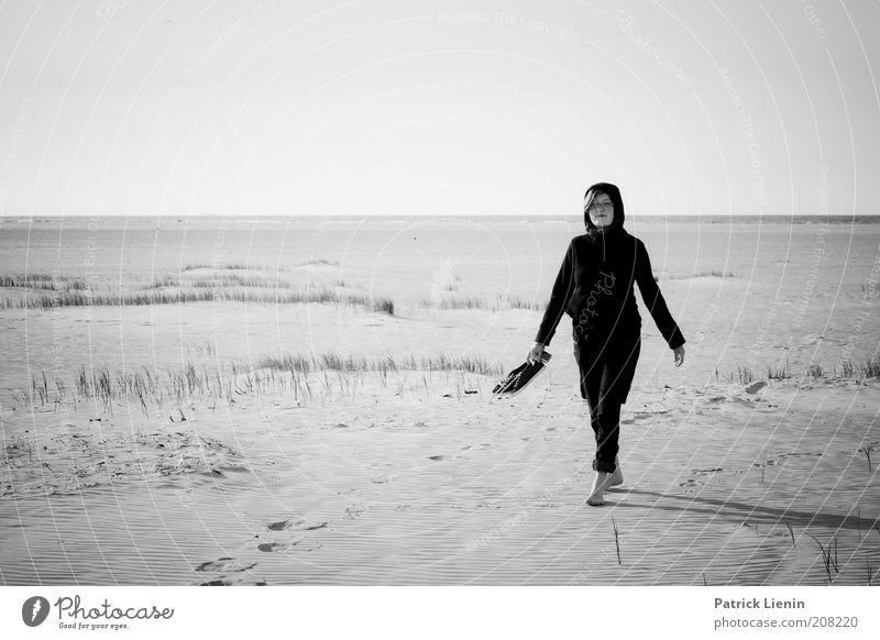 lady in black Frau Natur Jugendliche Himmel Meer Sommer Strand schwarz feminin Sand Landschaft Luft Schuhe Küste Erwachsene laufen