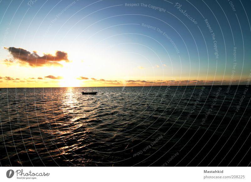 Boot auf Meer Ausflug Freiheit Sommer Wellen Nordsee Farbfoto Außenaufnahme Menschenleer Dämmerung Licht Schatten Sonnenlicht Sonnenstrahlen Sonnenaufgang