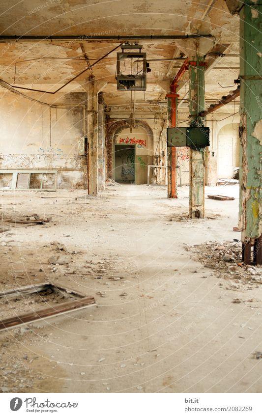 AST10 | kaputt Baustelle Handwerk Architektur Bühne Haus Ruine Gebäude Mauer Wand Fassade alt Graffiti Farbfoto Innenaufnahme Menschenleer Textfreiraum unten