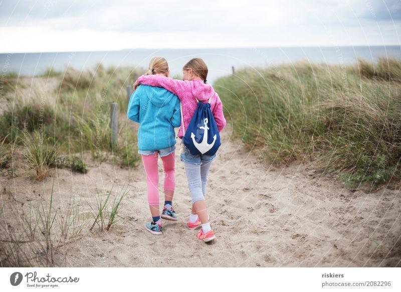 Strandspaziergang Mensch Natur Erholung Mädchen Umwelt sprechen natürlich feminin Familie & Verwandtschaft Zusammensein gehen Freundschaft träumen wandern