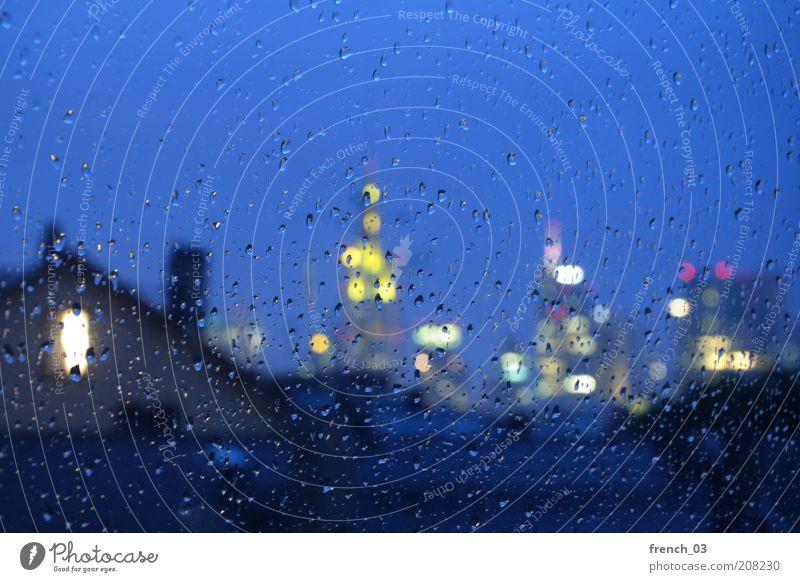 verregneter Blick blau Stadt gelb kalt Herbst Gefühle Fenster Regen Stimmung Wassertropfen nass Hochhaus leer Zukunft Bankgebäude Geldinstitut