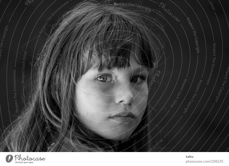 LALLA II Mädchen Gesicht langhaarig schön klug ruhig Sehnsucht Schwarzweißfoto Porträt Pony brünett 8-13 Jahre natürlich Blick Blick in die Kamera
