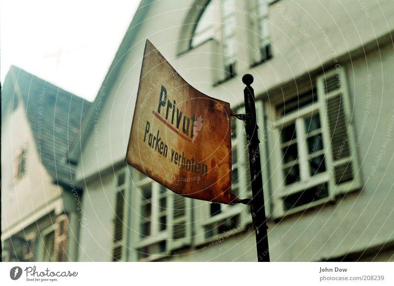keep it private alt Haus Fenster Gebäude Metall Fassade Schilder & Markierungen Schriftzeichen Dach Vergänglichkeit Bauwerk analog Rost Verfall Wege & Pfade