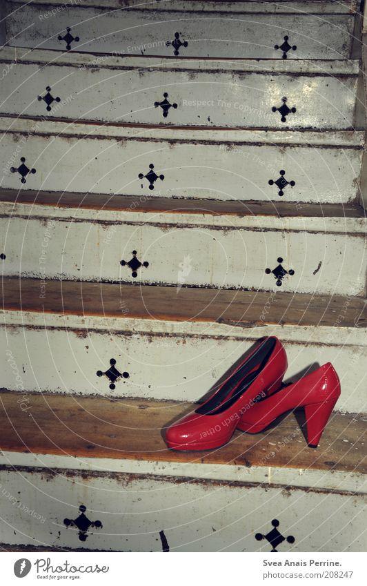red Lifestyle Stil Design exotisch Treppe Mode Bekleidung Schuhe Damenschuhe dreckig verrückt trashig rot Einsamkeit Innenaufnahme Menschenleer