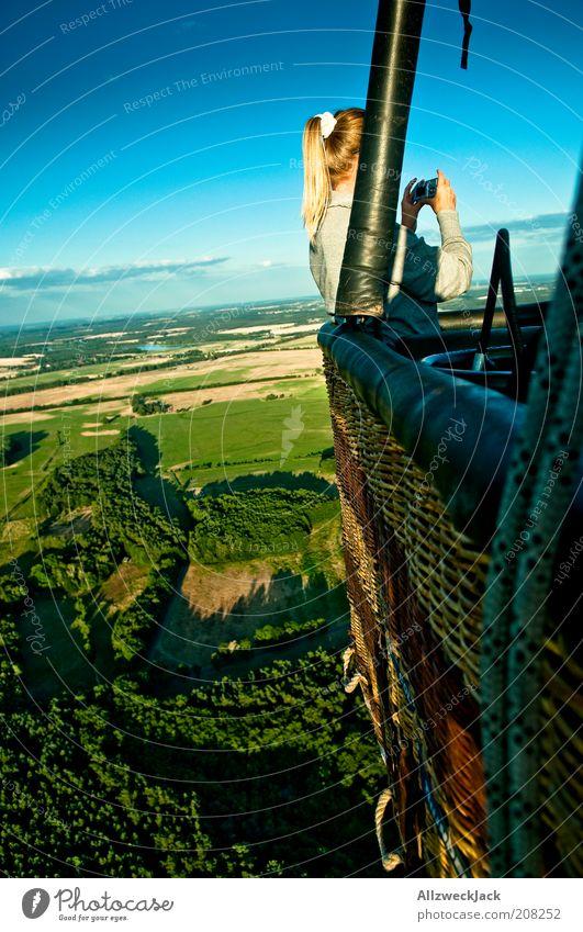 fototouristen Junge Frau Jugendliche 1 Mensch Landschaft Himmel Wolken Horizont Sommer Schönes Wetter Wiese Feld Ballone gebrauchen entdecken genießen Abenteuer
