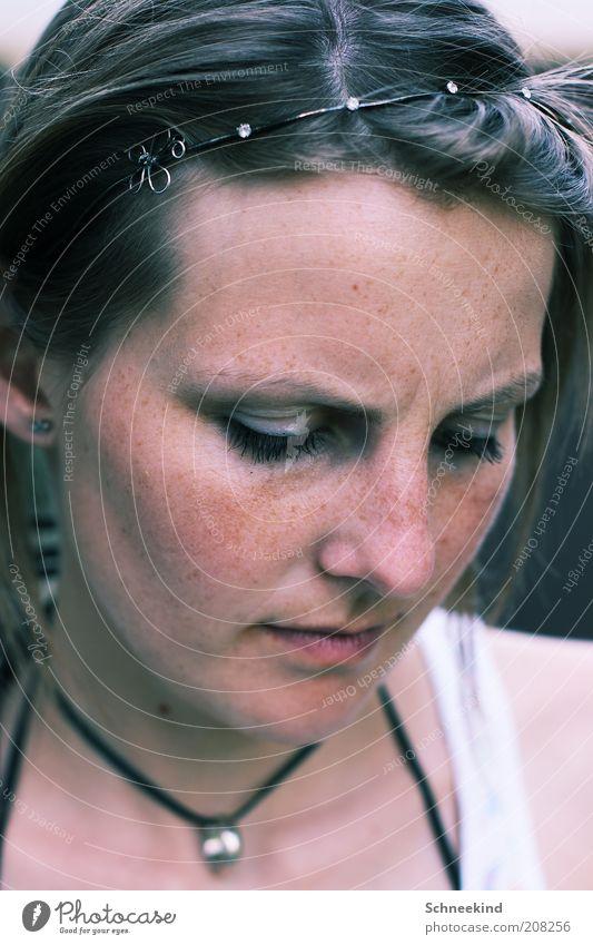 Schüchtern Mensch feminin Junge Frau Jugendliche Erwachsene Leben Kopf Gesicht 1 18-30 Jahre Denken schön Stimmung Verschwiegenheit Halskette Haarreif