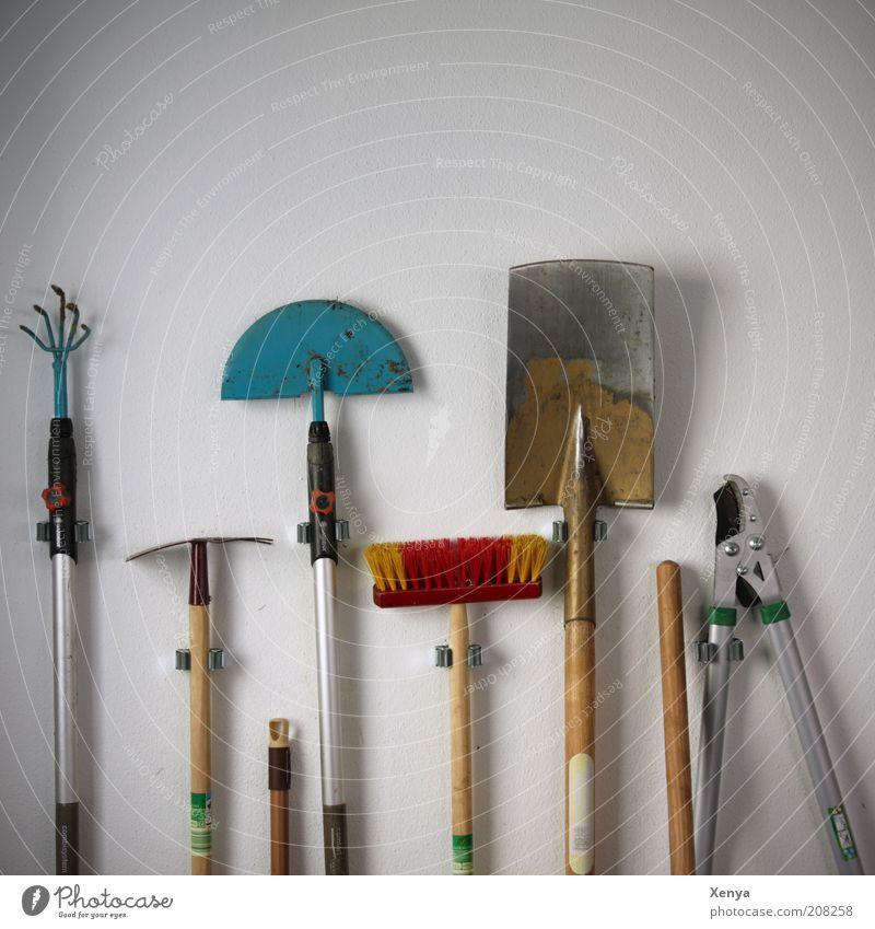 Ab in den Garten Gartenarbeit Werkzeug Besen Arbeit & Erwerbstätigkeit Gartengeräte Hacke Spaten Heckenschere Besenstiel Rechen Harke Hintergrund neutral weiß