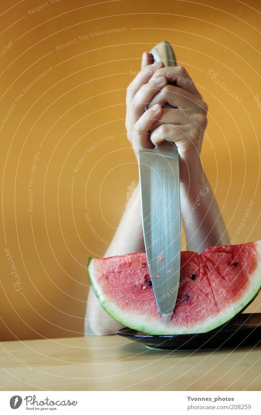 ATTACKE! Lebensmittel Frucht Ernährung Essen Bioprodukte Vegetarische Ernährung Diät Melonen Wassermelone Messer Mensch Hand bedrohlich Kraft Macht gefährlich