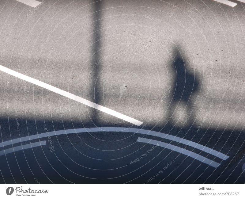 Eigene Wege gehn Verkehrswege Fußgänger Straße Wegkreuzung Perspektive Ziel Fahrbahnmarkierung Bogen Linie Entscheidung Lebenslauf Einsamkeit Steigung Asphalt