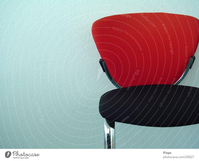 Verlassen rot ruhig Einsamkeit schwarz Wand Arbeit & Erwerbstätigkeit sitzen warten Innenarchitektur leer Stuhl Sitzung Möbel Besprechung