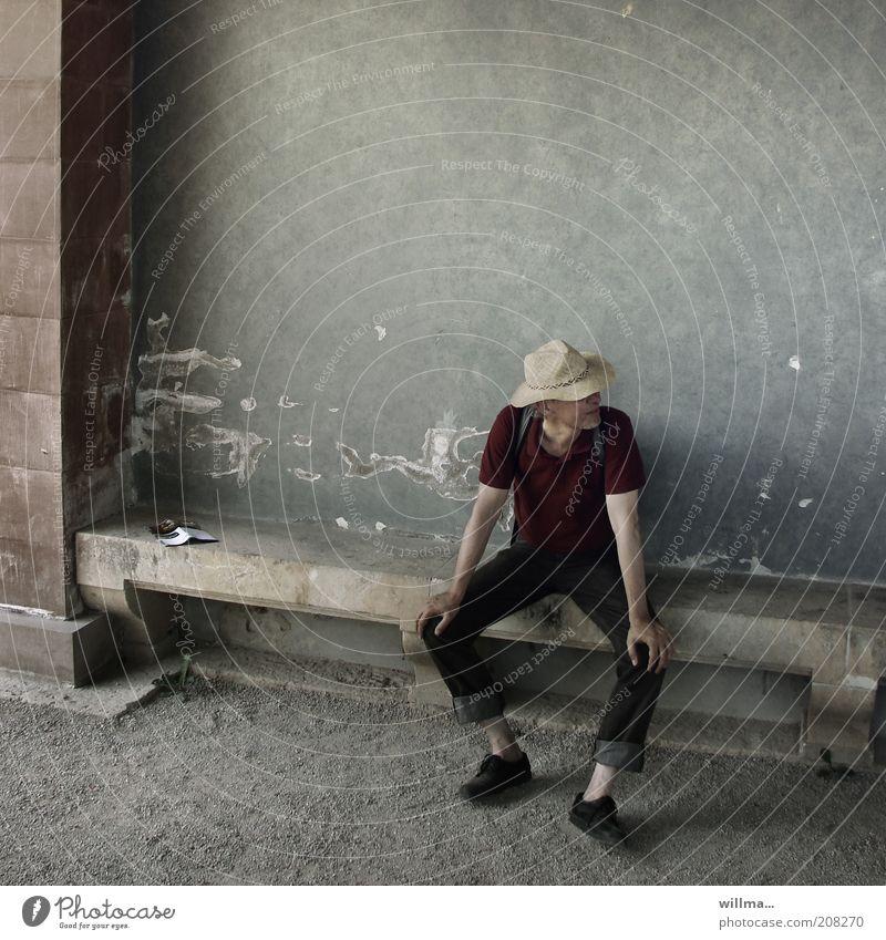 der mann auf der langen bank Mensch Mann Sommer ruhig Einsamkeit Erholung dunkel Wand grau Denken Erwachsene Zufriedenheit Zeit sitzen Fassade trist
