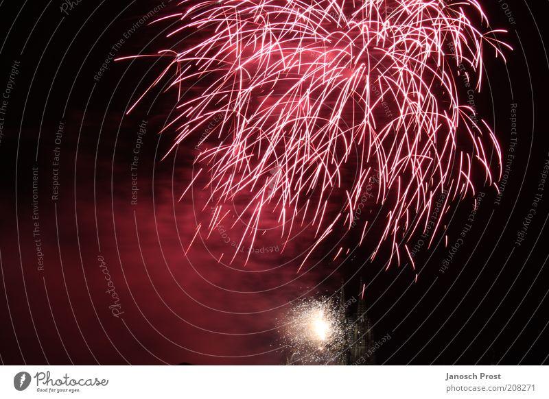 Feuerwerk I Veranstaltung Silvester u. Neujahr Show leuchten Blick Unendlichkeit oben rot schwarz Begeisterung Überraschung Kunst Lichterscheinung Lichtspiel